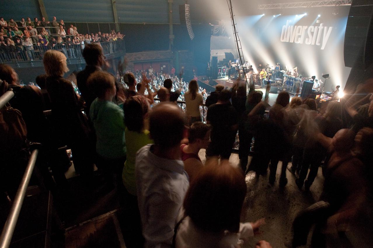 Die Fans feiern Gentleman und seine Band.
