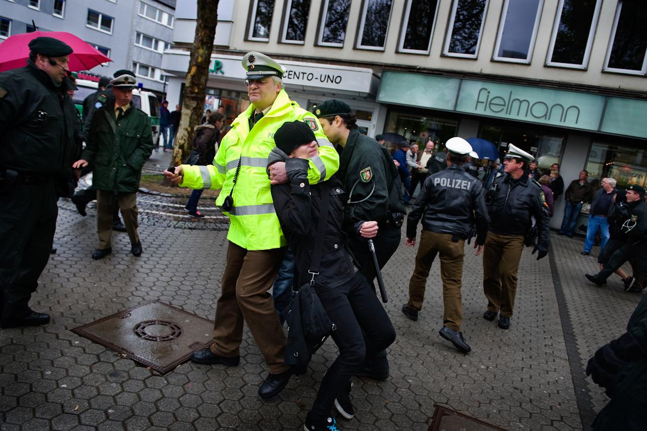 Ein Polizist hält einen Demonstranten im Würgegriff, der versucht hat, eine Wahlveranstaltung der Partei pro-NRW in Düren auf dem Kaiserplatz zu stören.