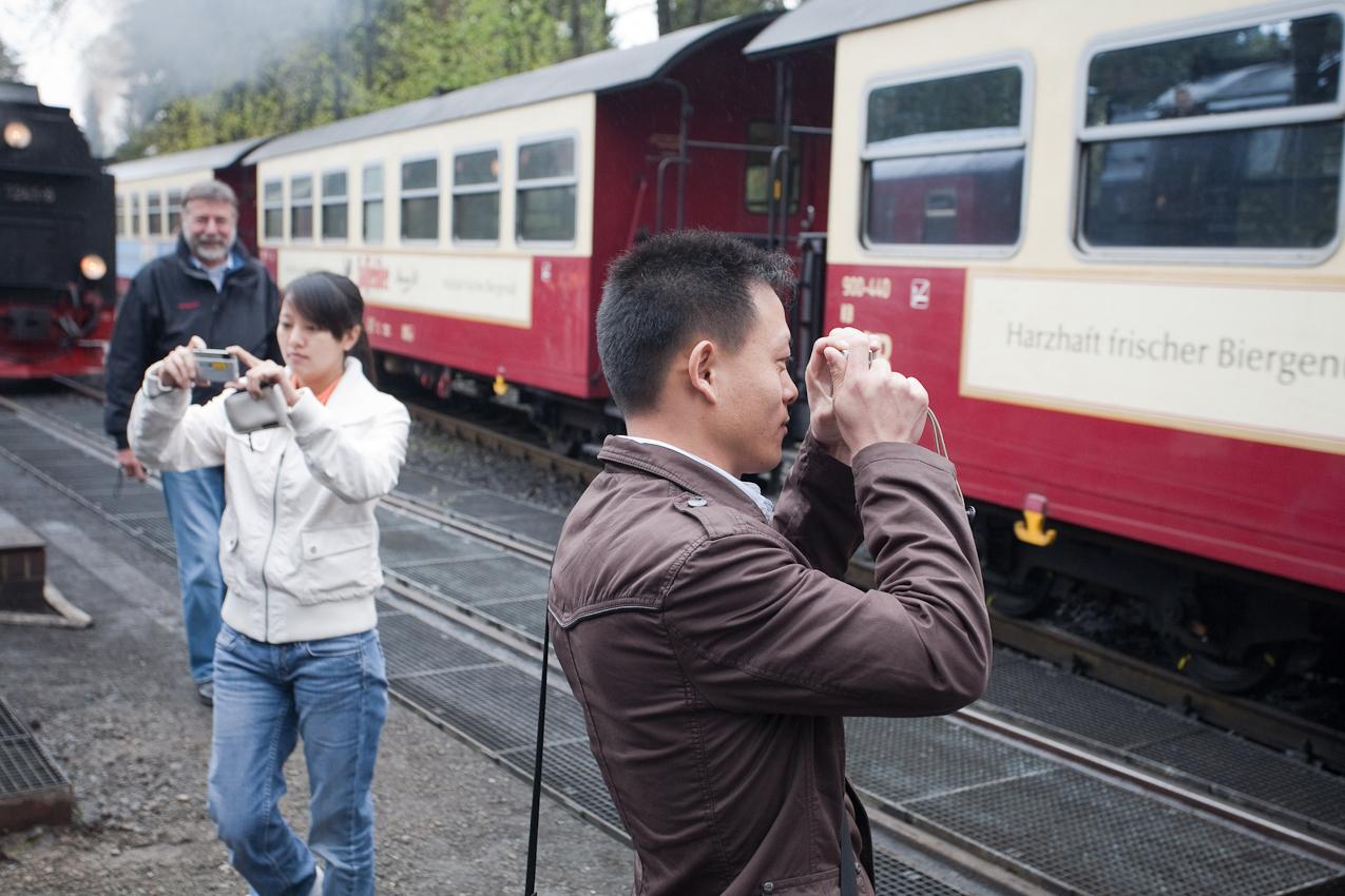 In Drei Annen Hohne bietet sich für alle nochmals die Gelegenheit, die Dampfeisenbahn aus allen Perspektiven abzulichten, bevor es weiter auf den Brocken geht.