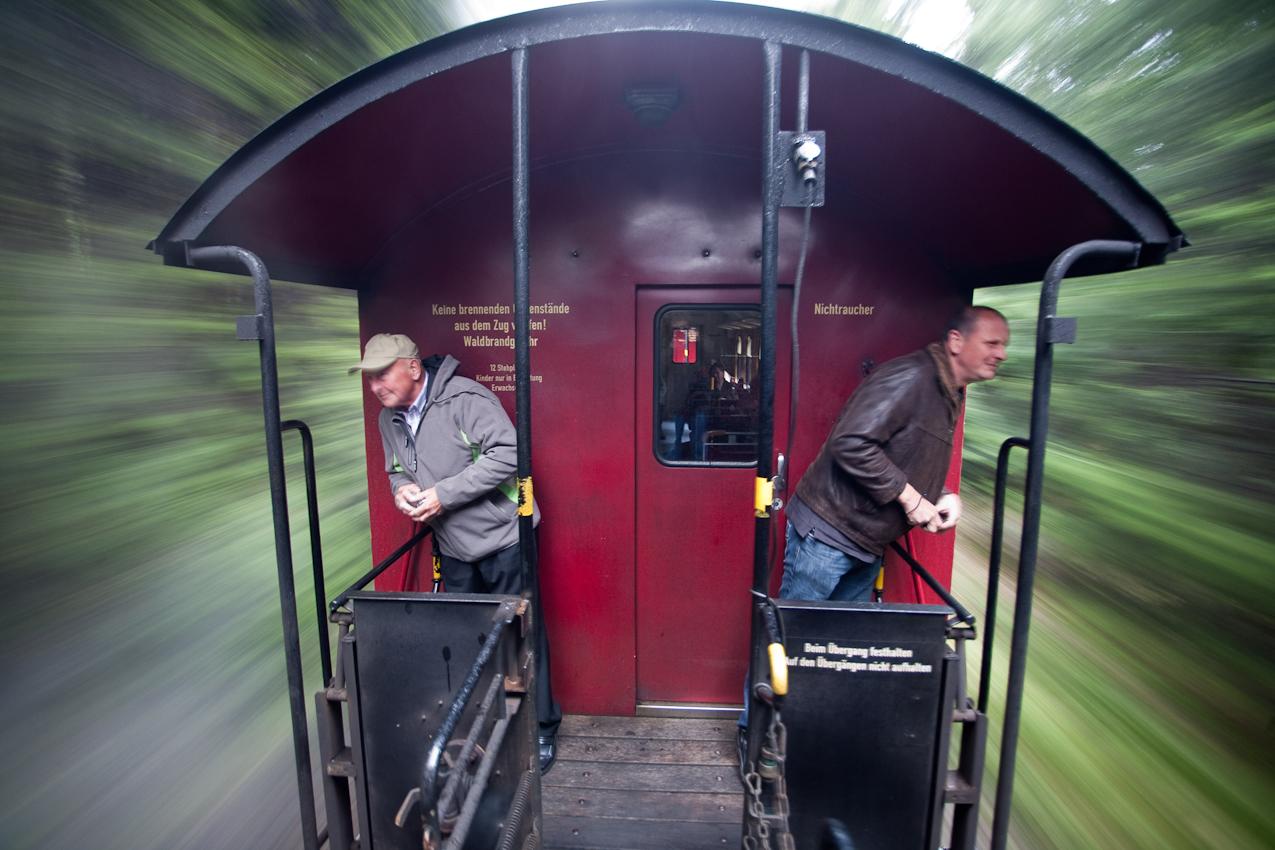 Auf den Plattformen der Waggons der Harzbahn kann man auch bei schlechtem Wetter draußen stehen und die Landschaft an sich vorüber ziehen lassen.