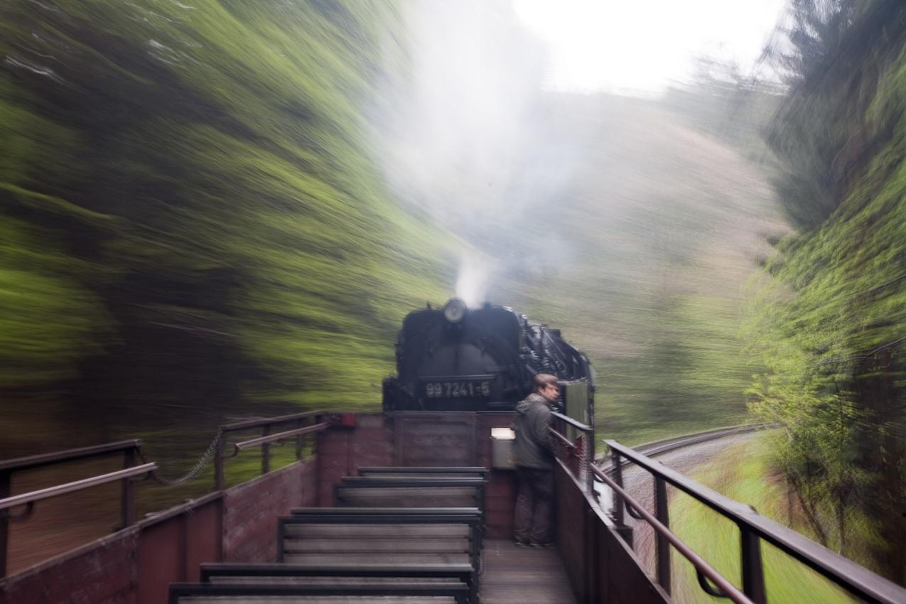 Auch auf einem Aussichtswagen der Harzbahn kann man den höchsten Berg Norddeutschlands erreichen und so Dampflok und Natur besonders genießen.