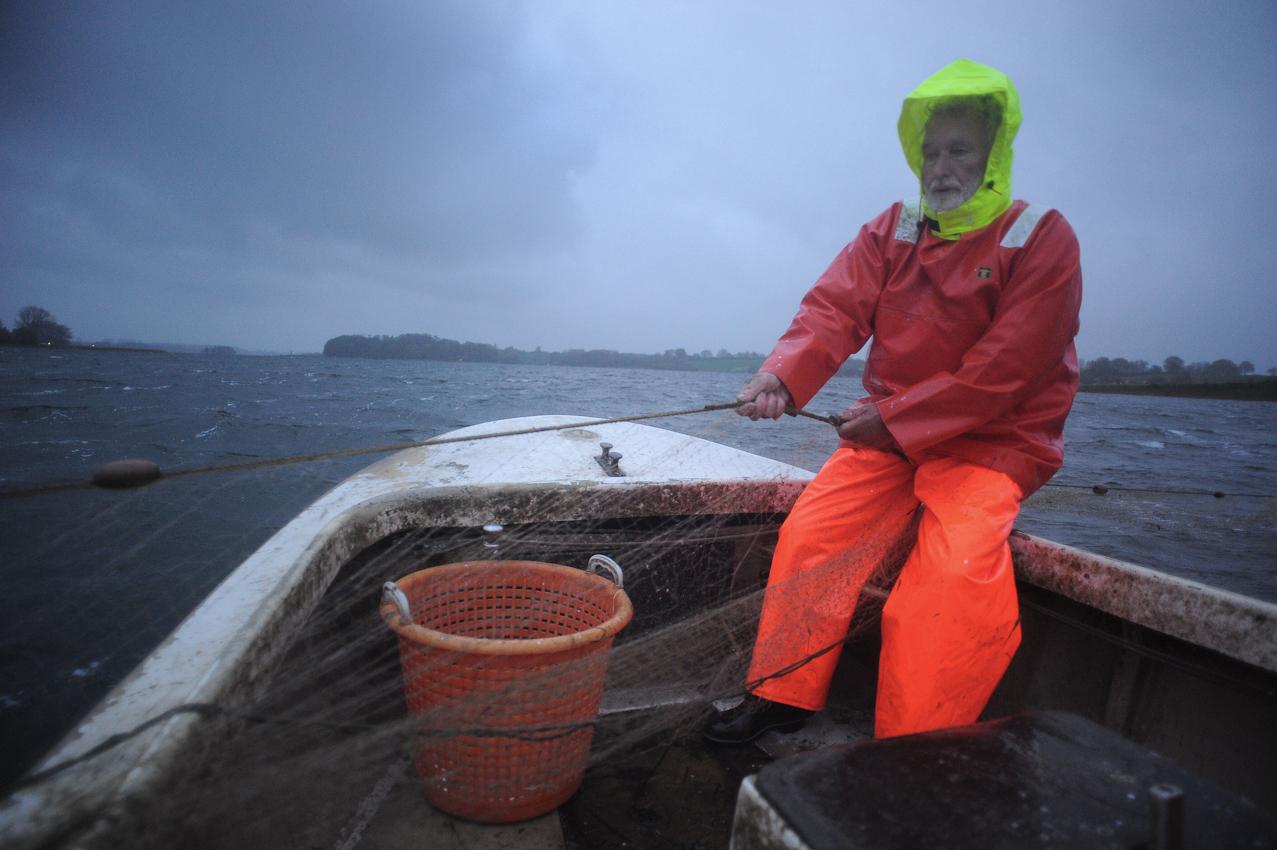 Der Schlei-Fischer holt die Netze ein - wegen des Sturms sind diese fast leer.