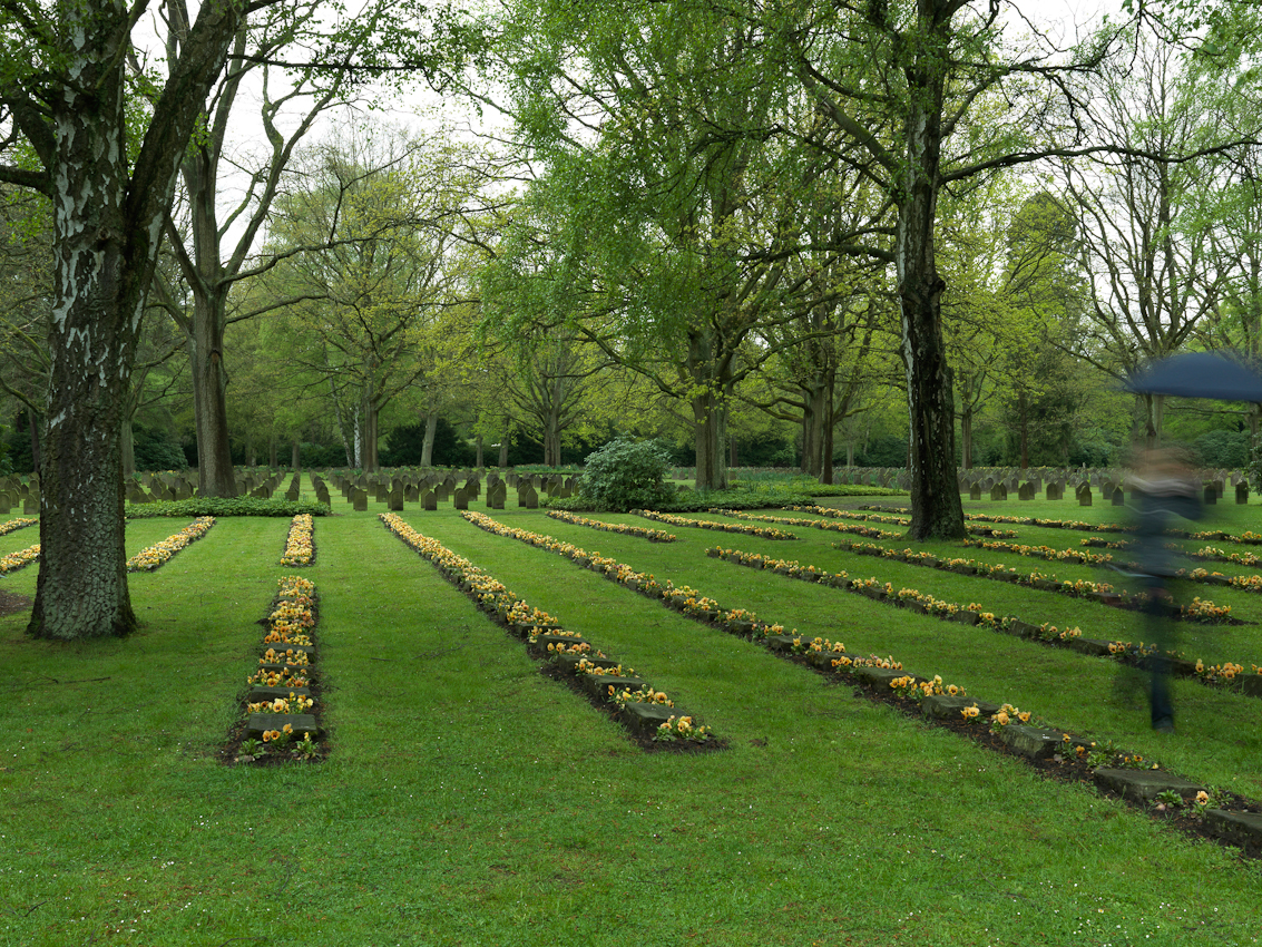 Der Friedhof Ohlsdorf ist der größte Parkfriedhof der Welt. Hier sind mehr als 52.000 Kriegstote und Opfer der Gewaltherrschaft aus verschiedenen Nationen begraben.