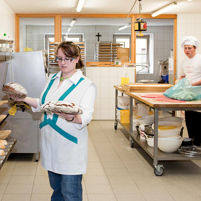 """Bäckergemahlin Irina holt den noch warmen Brotnachschub für das eigene Ladengeschaft """"Bam Baulabeck""""."""