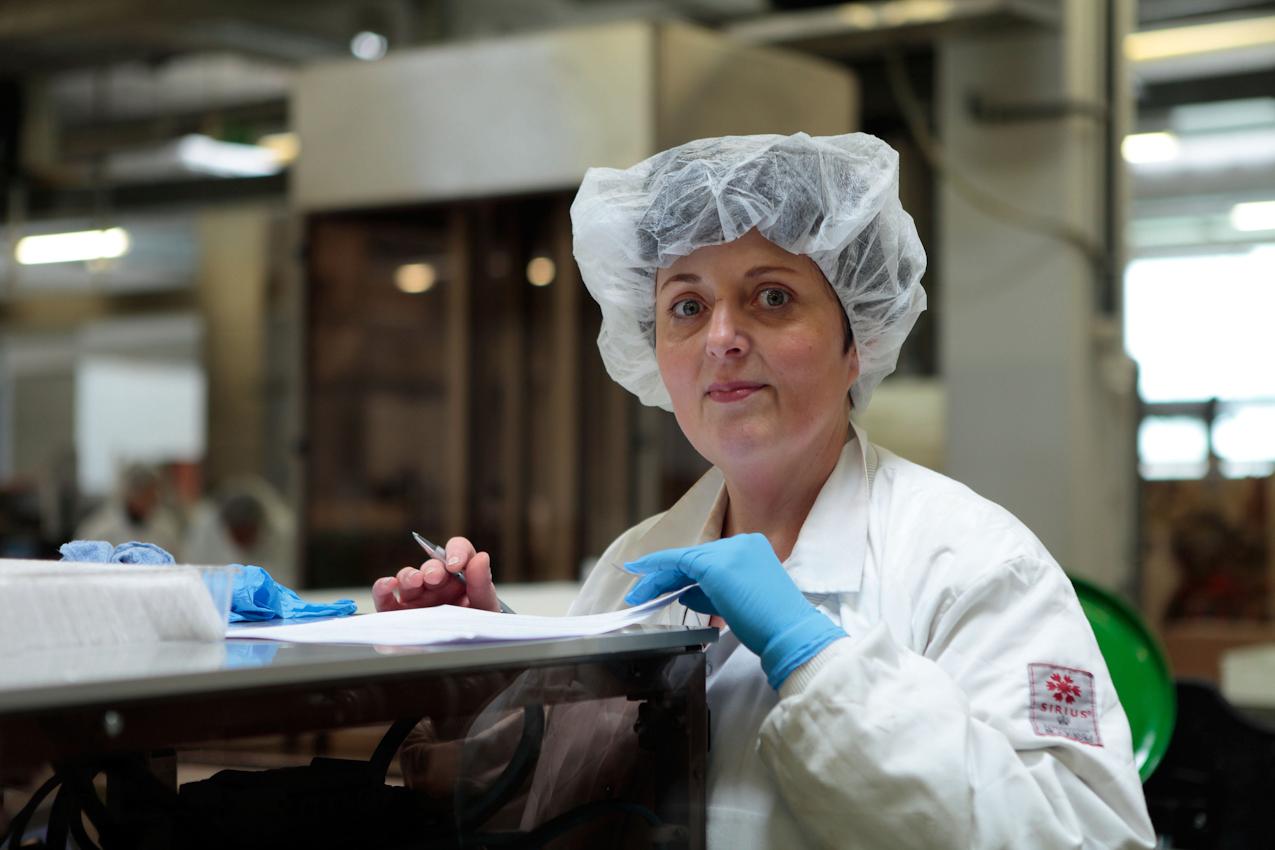 Arbeiterin in der Wurzener Dauerbackwaren GmbH von Griesson - De Beukelaer.