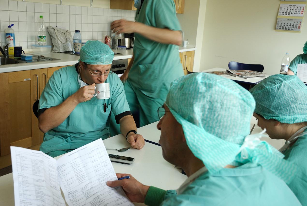 Gemeinschaftsraum für das OP-Personal in Nähe der Operationssäle. Chirurgen machen zwischen den Operationen eine kurze Pause, trinken Kaffee und lesen den OP-Plan.
