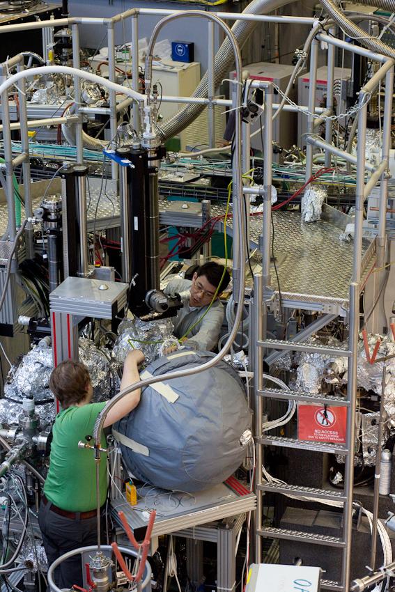 Am Strahlrohr des IFW Dresden montieren die Wissenschaftler Daniil Yertushinsky (vorn) und Dr.rer.nat.Timur Kim (hinten) einen Versuchsaufbau.