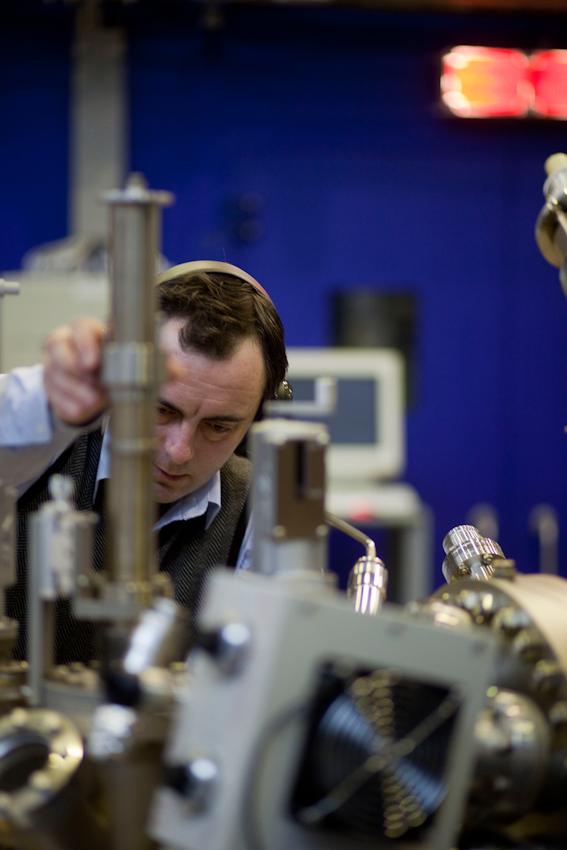 Der Wissenschaftler des IFW Dresden, Sergiy Bokoch, bereitet eine Probe für die Messung vor.