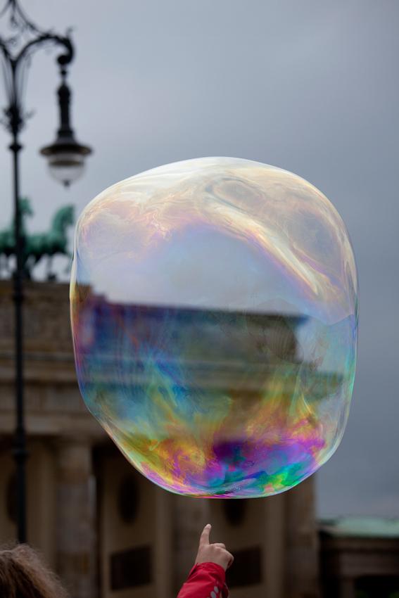 Seifenblasen auf dem Pariser Platz am Brandeburger Tor.