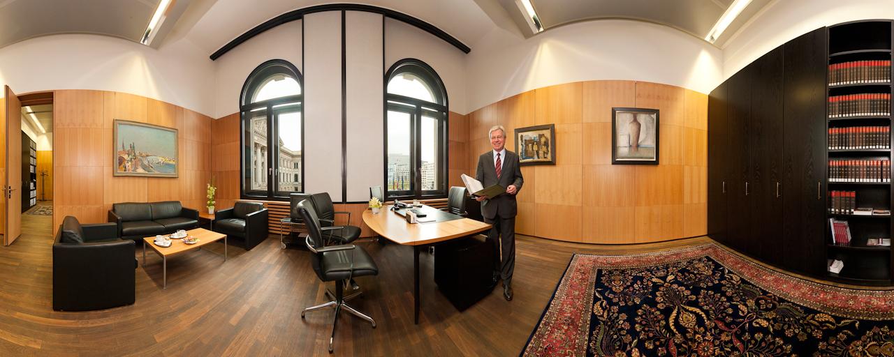Der Präsident des deutschen Bundesrats, Jens Böhrnsen, SPD, fotografiert mit 360-Grad-Panoramatechnik in seinem Büro im Bundesratsgebäude in Berlin, während einer Pause von einer Plenarsitzung, in der unter anderem das Rettungspaket fur Griechenland verabschiedet wurde.