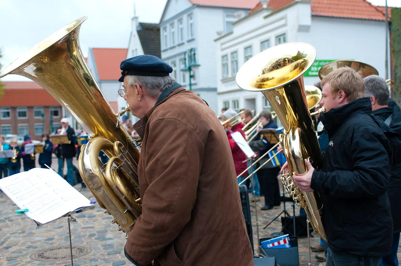Der Meldorfer Posaunenchor feiert zusammen mit weiteren Chormusikern aus Dithmarschen sein 100-jähriges Bestehen mit einem Platzkonzert auf dem Meldorfer Marktplatz.