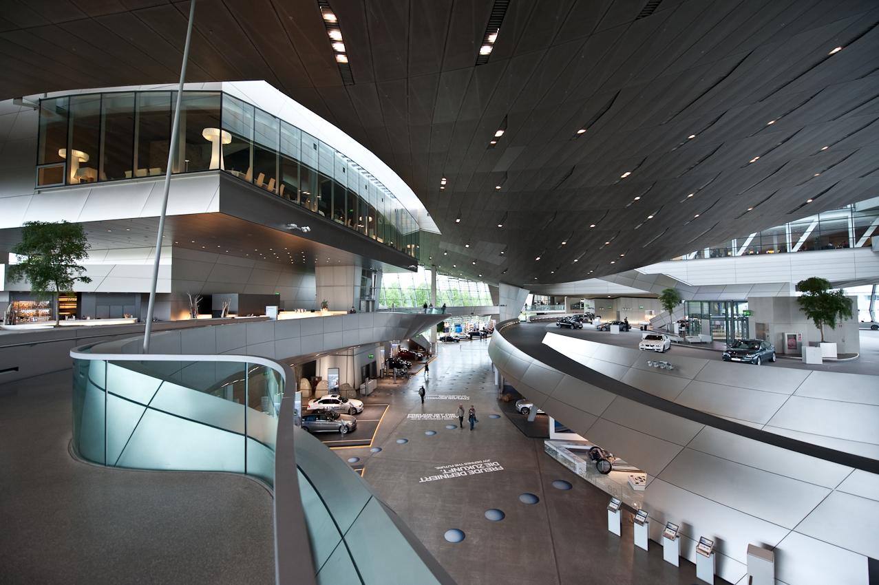 Käufer eines BMW haben die Möglichkeit, ihr neues Auto in der BMW Welt in München abzuholen. Hiervon machen täglich rund 100 Kunden Gebrauch. Neben der Möglichkeit, eine Werksführung zu machen oder das BMW Museum zu besuchen, wird die Abholung des neuen Autos regelrecht zelebriert.