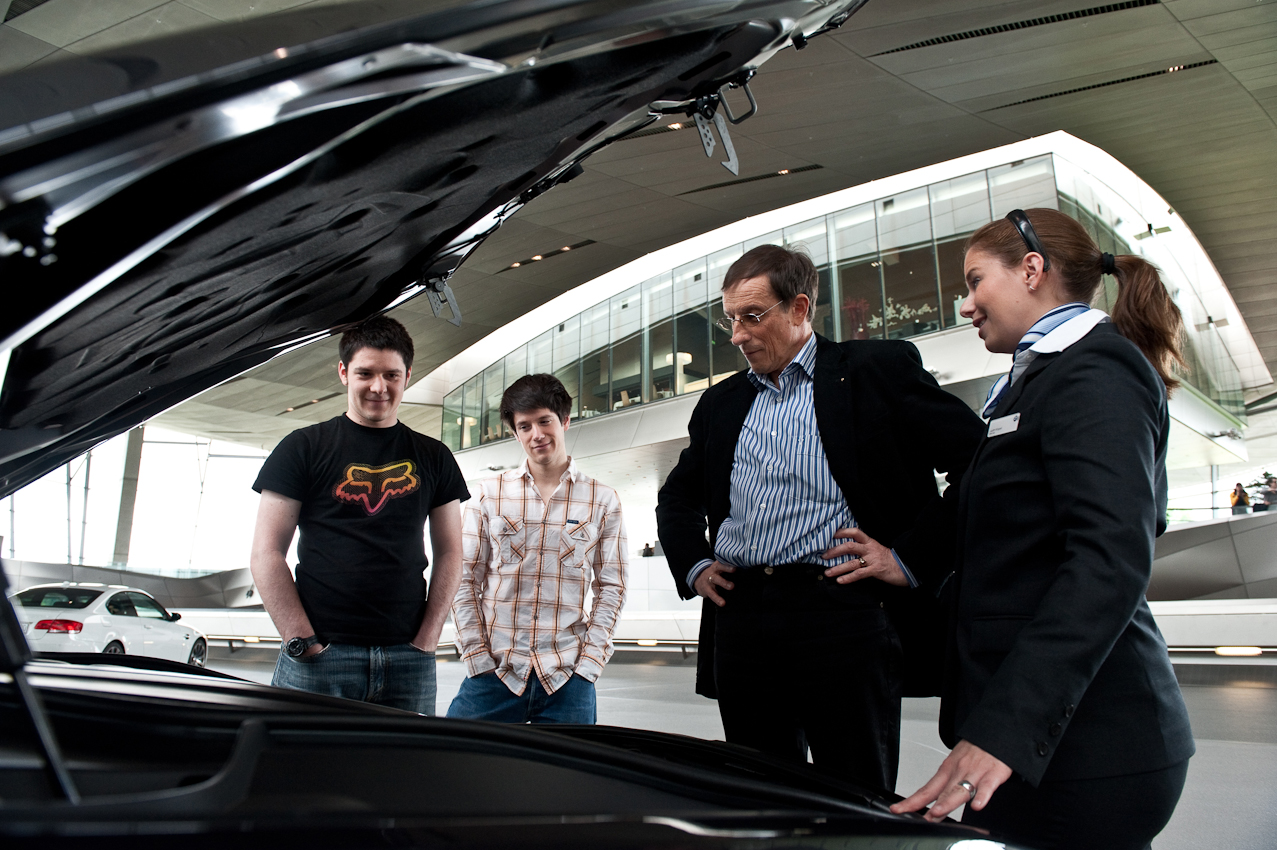 Auch wenn im Motorraum hauptsächlich Plastikabdeckungen zu sehen sind, wird auch dieser inspiziert.