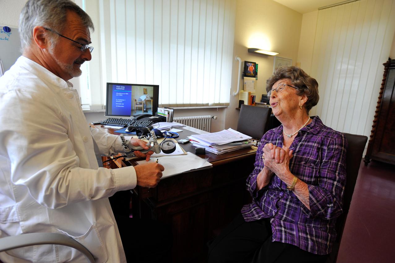 Der Arzt erklärt das Ergebnis. Sprechende Medizin wird zur lächelnden Medizin. Heiter verpackt kommen ärztliche Botschaften besser an. Zuwendung, Vertrauen, kein kühler Biotechniker, sondern ein Arzt, der angestrahlt wird.