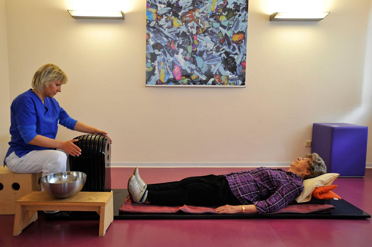 Die Patientin legt sich auf eine Granitplatte, auf der ein Klangstein steht. Die Therapeutin streicht mit nassen Händen über den Klangstein, erzeugt je nach Intensität der Reibung Tonschwingungen, die durch den Körper dringen, Verspannungen und Schmerzen werden gelindert und stimulieren die Patientin. Je nach Bedarf kann der Stein 15-20 Minuten bespielt werden, auch eine meditative Entspannung.