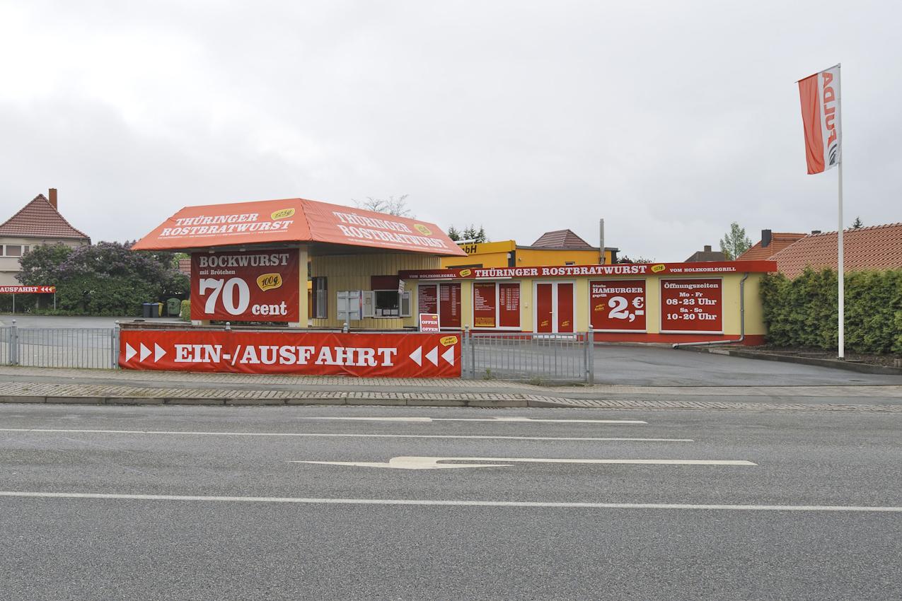 Wurst-Drive-in am Ortseingang von Bitterfeld.