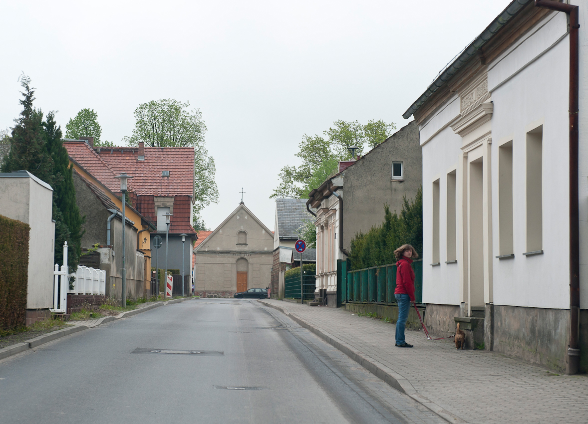 Ohne Hund würde hier kaum einer vor die Tür gehen. Leere, öde Straßen in Schönwalde, Kreis Barnim, Brandenburg.