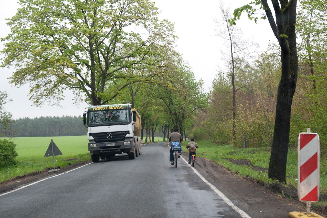 Gefährliche Landstraßen, Vater und Sohn auf dem Heimweg von der Schule in einer Baustelle auf dem Land, Klosterfelde, Kreis Barnim, Brandenburg.