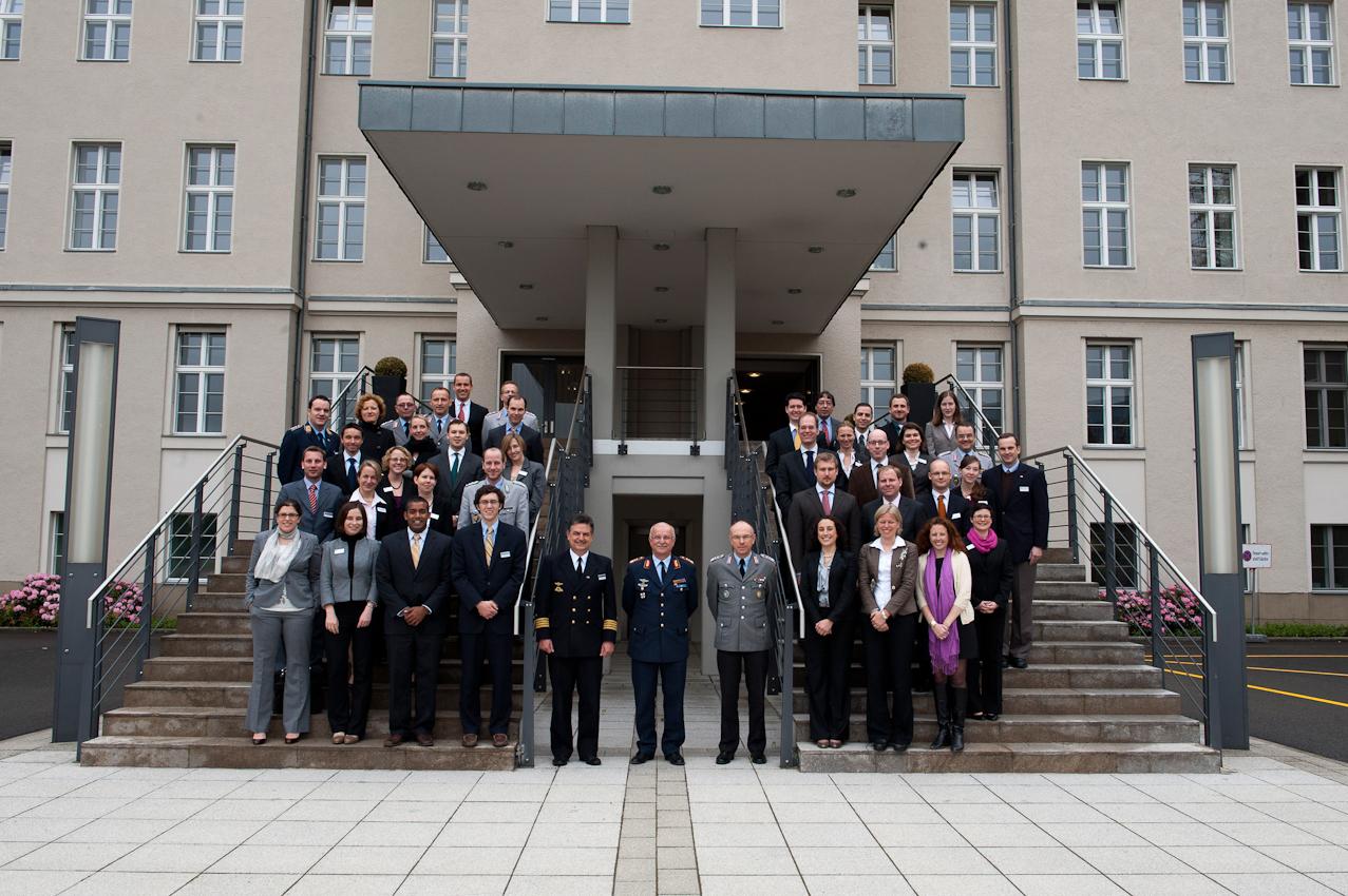 Die Teilnehmer des Manfred-Wörner-Seminars 2010 stellen sich vor dem Bendlerblock in Berlin zum Gruppenfoto auf.