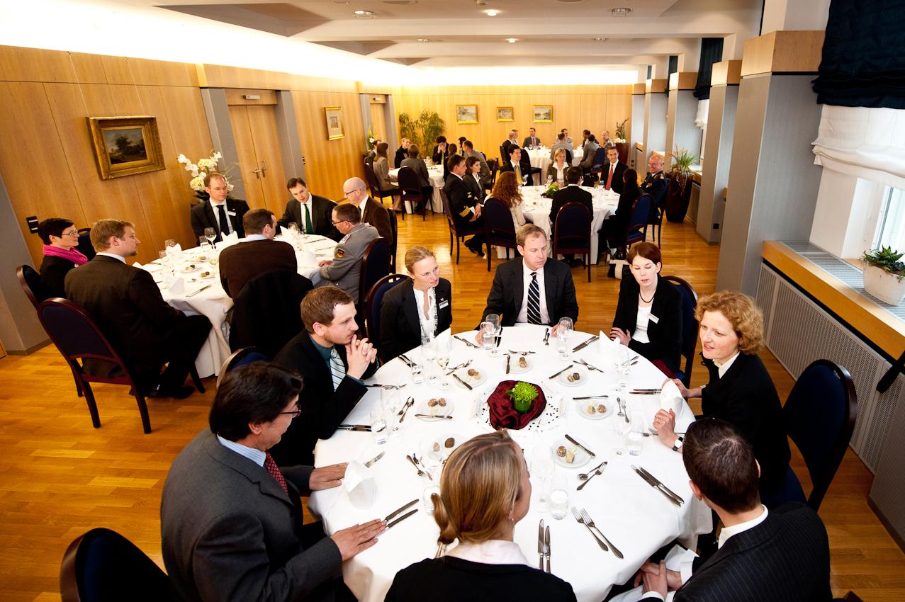 Die Teilnehmer des Manfred-Wörner-Seminars 2010 beim gemeinsamen Mittagessen im Gästecasino des Verteidigungsministeriums im Bendlerblock in Berlin.