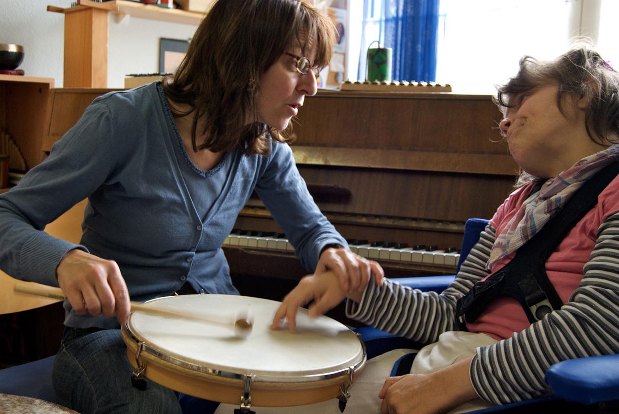 In der Musiktherapie versucht Frau Fürst Irinas Interesse an Klängen, Berührungen und Kontakten zu wecken.