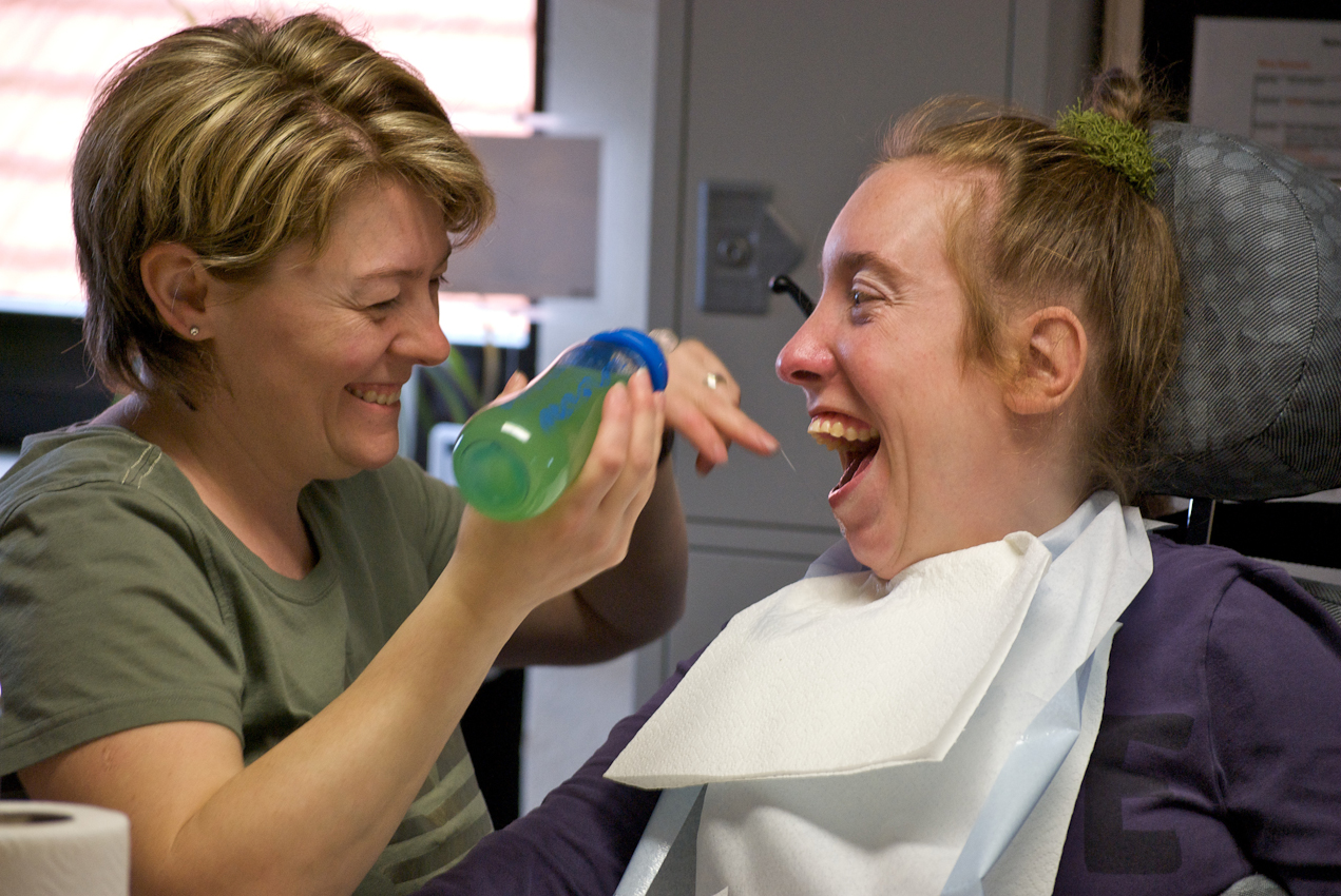 Das Mittagessen findet in in der Tagesgruppe statt. Frau Hasenkamf und Nina verstehen sich gut.