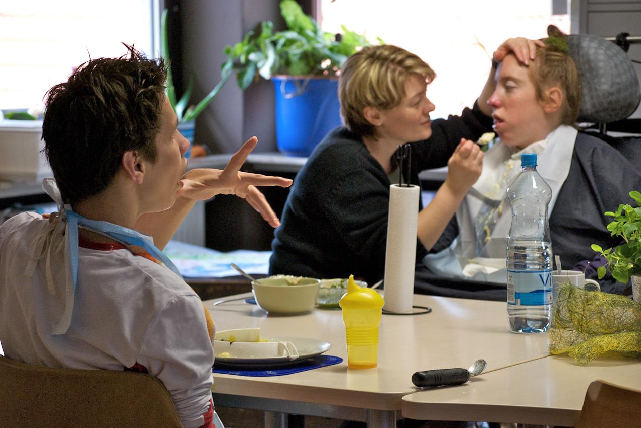 Das Mittagessen findet in in der Tagesgruppe statt. Rudi nimmt plötzlich staunend Frau Hasenkamf und Nina wahr.