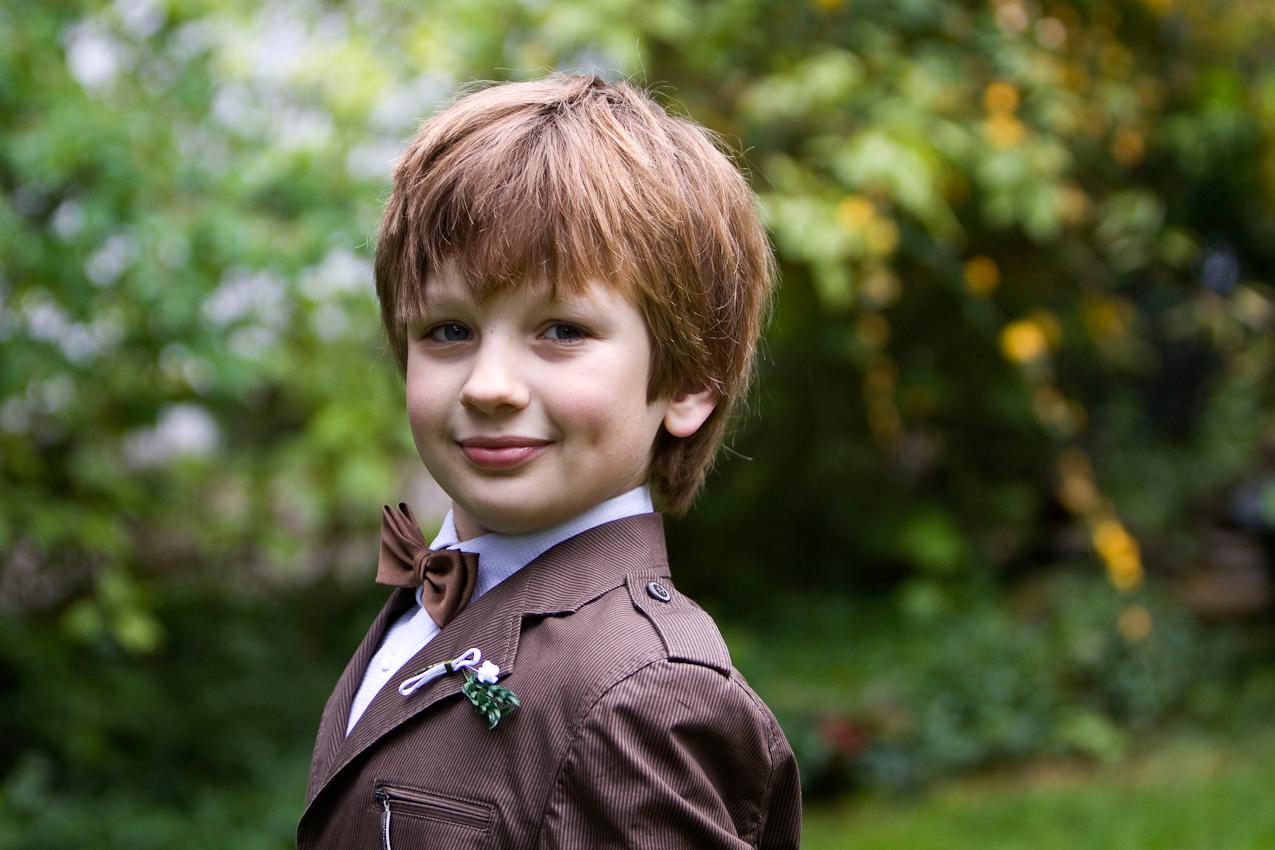 Am Nachmittag des 07.05.2010 im Garten der Familie Dicks in Krefeld. Jakob Dicks traegt stolz seinen Erstkommunionsanzug.