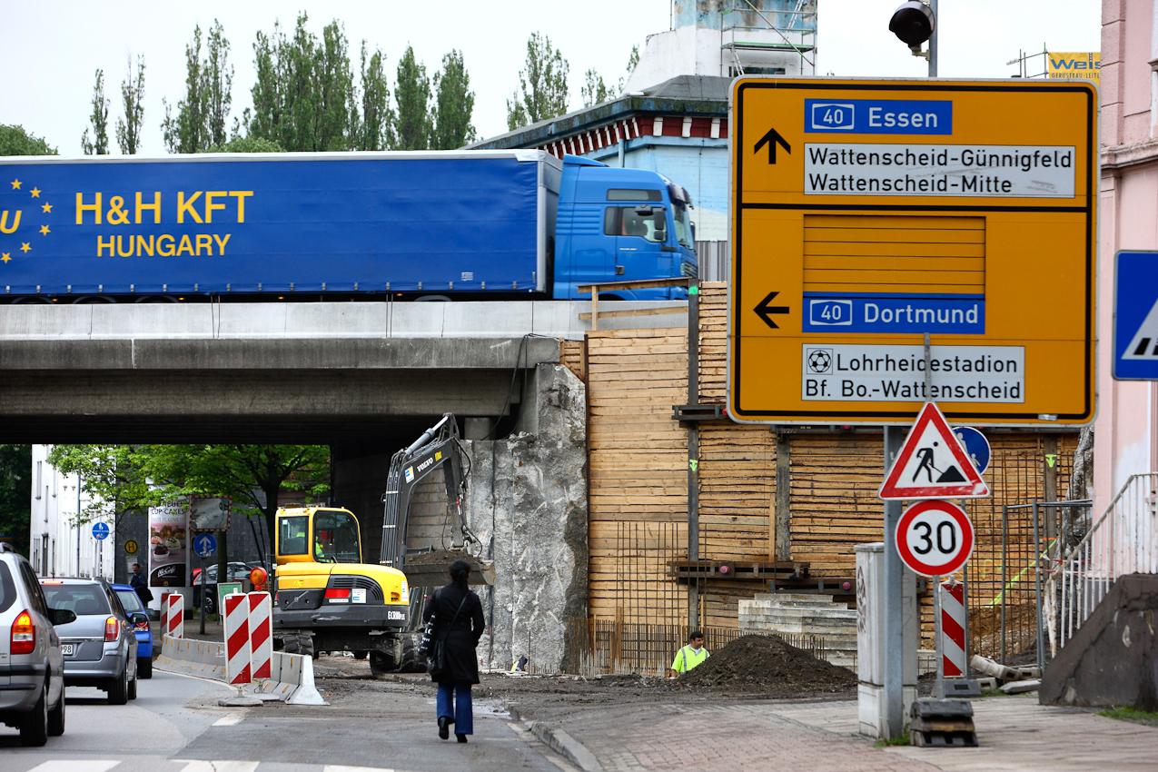 Ein Tag Deutschland, auf der Autobahn A40, Ruhrschnellweg. Wattenscheid, auch hier wird die A40 verbreitert. Brücken müssen neu und umgebaut werden. Die Baustelle staut nicht nur die Autobahn, sie traegt die Verkehrsbeeinflussung in den Ort. Wattenscheid, NRW, Deutschland-