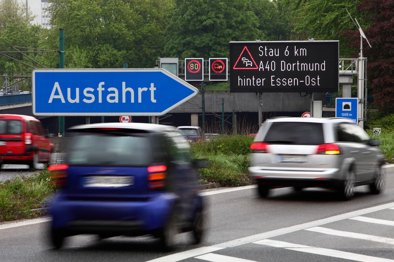 Ein Tag Deutschland, auf der Autobahn A40, Ruhrschnellweg. Vorfreude auf den Stau. Wer Richtung Osten muss, auf der A40, kennt das Spiel. Die Schleichwege durch die Staedte kennen viele, bringen aber oft auch nicht ein schnelleres Vorankommen. Essen, NRW, Deutschland