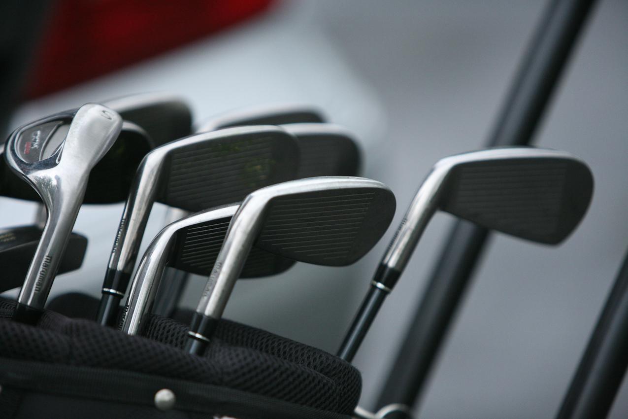 Die Detailaufnahme der Golfschläger wurde auf dem Parkplatz des Golfparks Heinhaus aufgenommen. Im Hintergrund ist ein silberner Mercedes zu erahnen. Die Aufnahme wurde am 07.05.2010 um 11.59 gemacht.