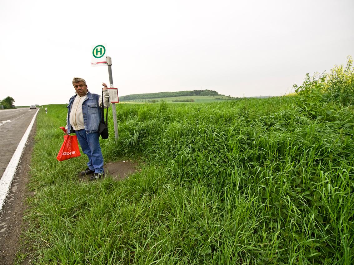 Bushaltestelle bei Gersheim im Biosphärenreservat Bliesgau. Am 26. Mai 2009 wurde der Bliesgau durch die UNESCO als deutsches Biospharenreservat anerkannt. Das Biosphärenreservat Bliesgau liegt im Sudosten des Saarlands, an der Grenze zu Rheinland-Pfalz und zu Frankreich. Die leicht hügelige Landschaft des Bliesgaus nutzt der Mensch seit Jahrtausenden. Sie ist geprägt durch wertvolle Streuobstbestande, verschiedene artenreiche Wiesen, ausgedehnte Buchenwälder und eine Auenlandschaft, die durch das Flusschen Blies durchzogen wird.