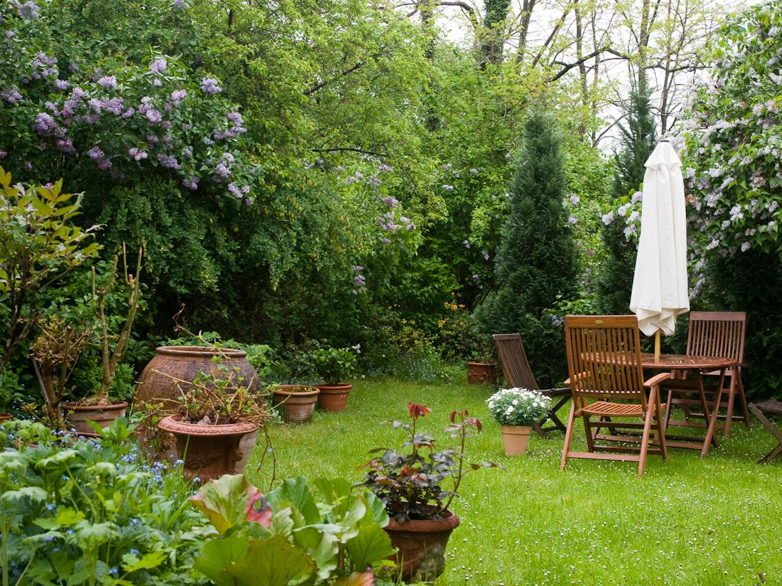 Der Garten der Protestantischen Kirchengemeinde in Blieskastel ist im englisch-barocken Stil gehalten.