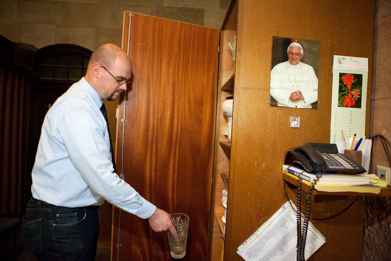 Domküster Frank Wiegand holt aus einem Seitenraum der Sakristei des Mainzer Doms eine Blumenvase.