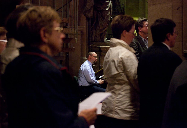Im Mainzer Dom nimmt Domküster Frank Wiegand am Abendlob teil und übernimmt die Aufgabe des abwesenden Mikrofontechnikers. Der Gottesdienst findet zu Ehren des 60. Geburtstags des Domkapellmeisters Prof. Mathias Breitschaft statt.