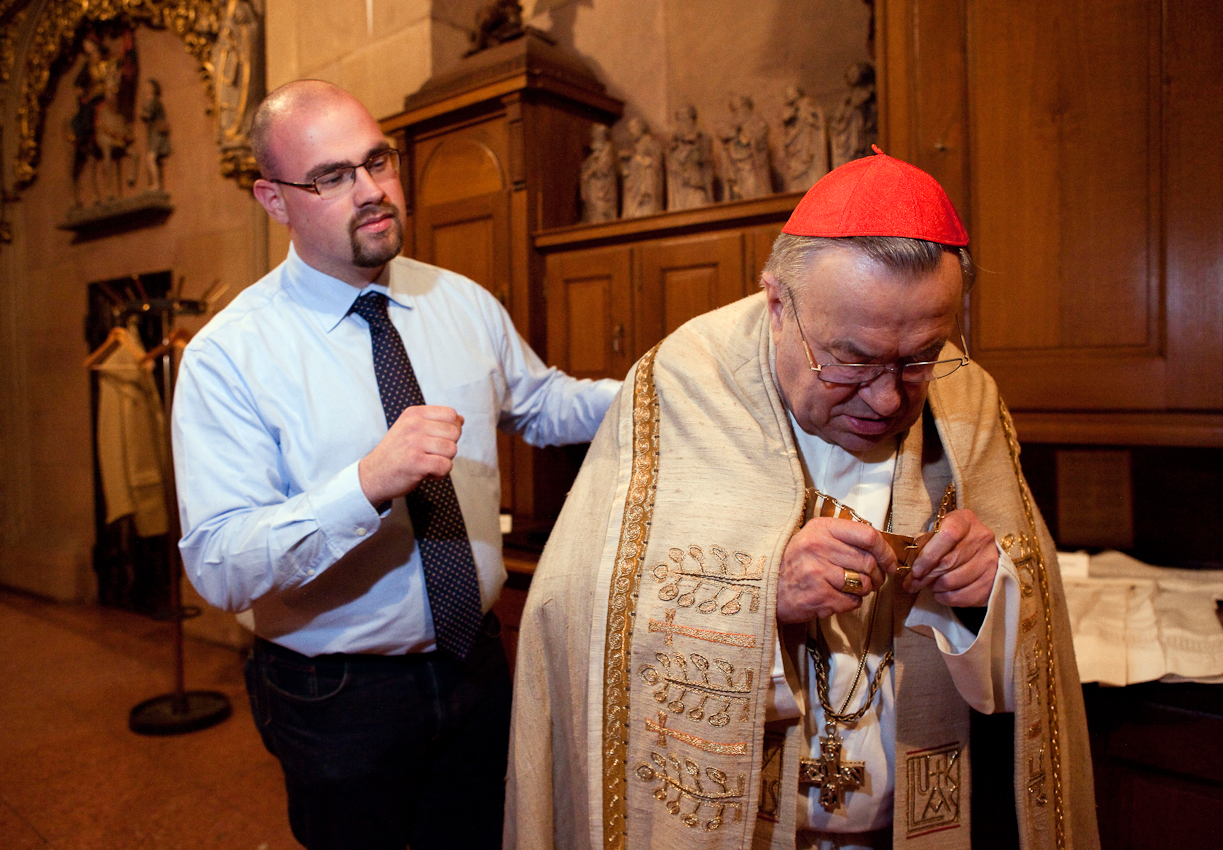 Kurz vor 22 Uhr in der Sakristei des Mainzer Doms. Domküster Frank Wiegand hilft nach dem Abendlob Kardinal Karl Lehmann, Bischof von Mainz, beim Ablegen der Messgewänder.