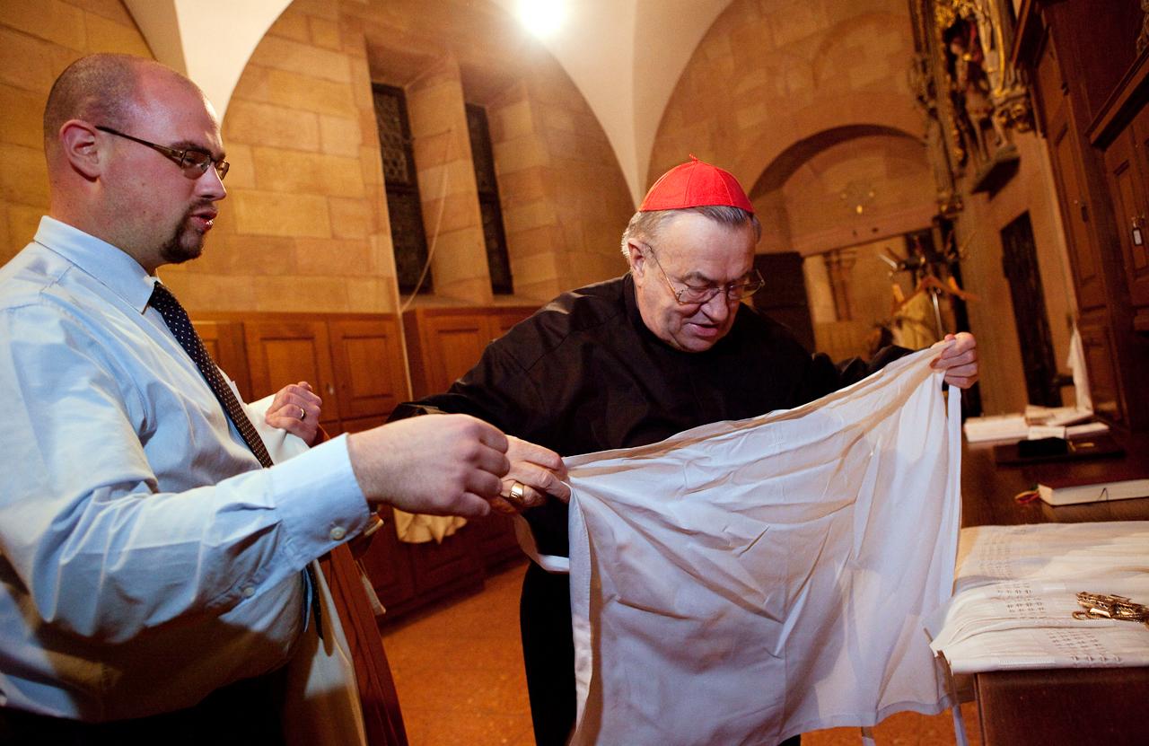 Domküster Frank Wiegand hilft nach dem Abendlob Kardinal Karl Lehmann, Bischof von Mainz, beim Ablegen der Messgewänder (hier das Schultertuch).
