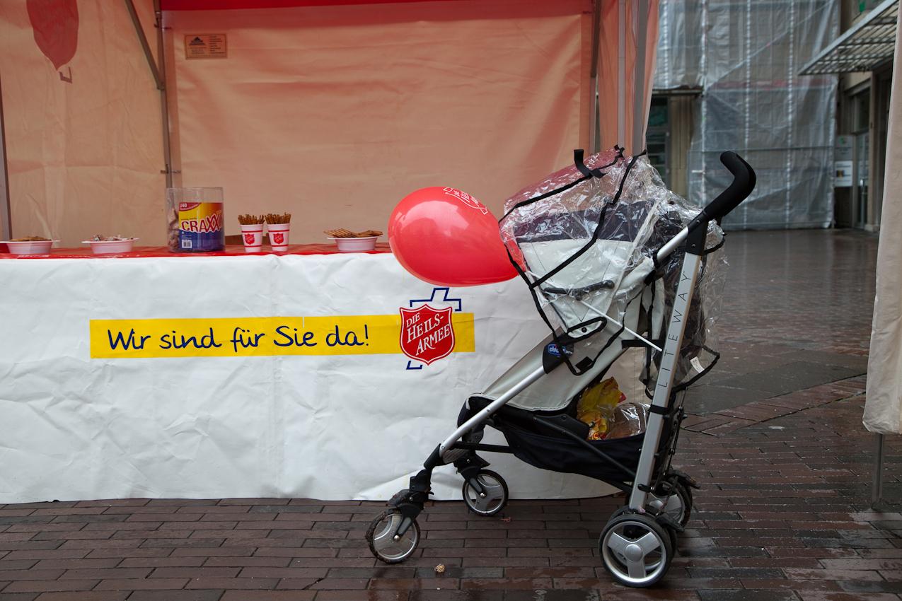 Die Heilsarmee in Wuppertal-Barmen feiert dieses Jahr 120-jähriges Jubiläum. Auf dem Geschwister-Scholl-Platz in Wuppertal-Barmen präsentiert sie sich und ihre Arbeit. Mich interssierte gerade der Besuch zur Eröffnungszeit am Vormittag - jenseits der üblichen Zeiten.