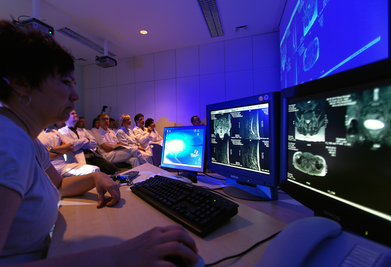 Morgendliche Teambesprechung und OP-Planung in der Klinik für Unfallchirurgie am Klinikum in Görlitz.