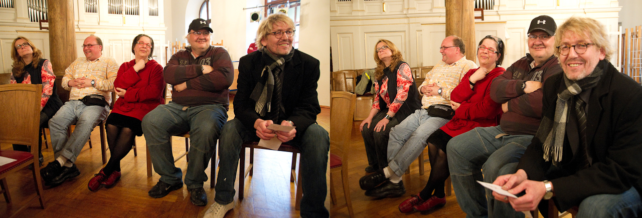 """Sichtlich gut gelaunt wartet die  Künstlergruppe (von links: Birgit Müller, Bernd Gschwendtner, Gila Vanessa Fürst, Siegfried Wurm und der """"Chef"""" Wolfgang Zeilinger) auf den Beginn der Veranstaltung im Wichernhaus in Altdorf. Nach einem Klavierkonzert werden sie mit einer Performance in Aktion treten."""