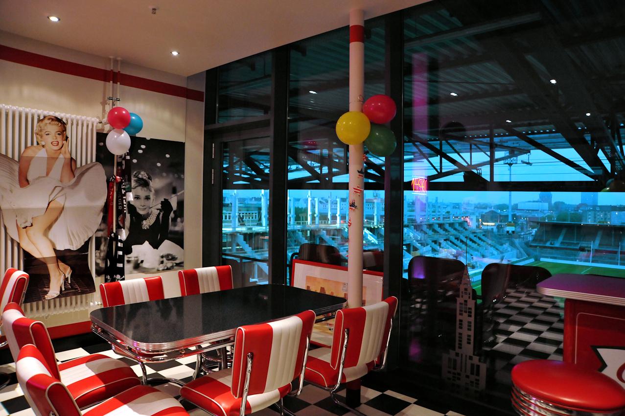 Fußballclub St. Pauli Hamburg. Privatlogen des St. Pauli im Fußballstadium. Eine Loge kostet 40.000 Euro im Jahr. Sie wird von Firmen, wie z.B. Jung von Matt oder Astra angemietet und kann individuell gestaltet werden.