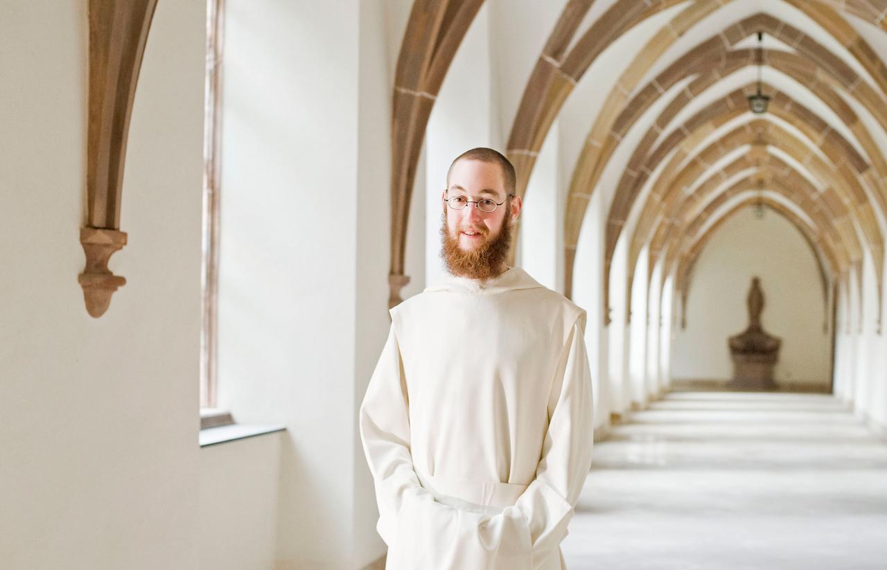 Bruder Nathanael steht im Kreuzgang der Zisterzienser-Abtei Himmerod in der Eifel. Der aus der Nähe von Paderborn stammende Bruder Nathanael ist 21 Jahre alt und seit August 2009 als Novize in dem Kloster, nachdem er zuvor bereits eine dreijährige Ausbildung zum Koch in der dem Kloster angeschlossenen Gastwirtschaft absolviert hat.