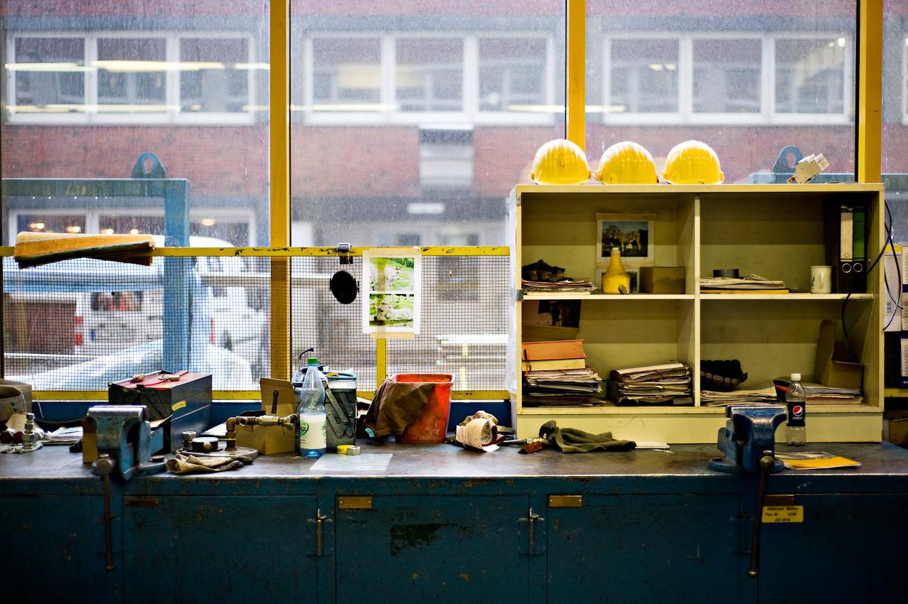 Arbeitsbank in einer der Werkstätten der Meyer Werft. Hier werden kleinere Teile wie z.B. Rohre zum Einbau in das Schiff vorbereitet.