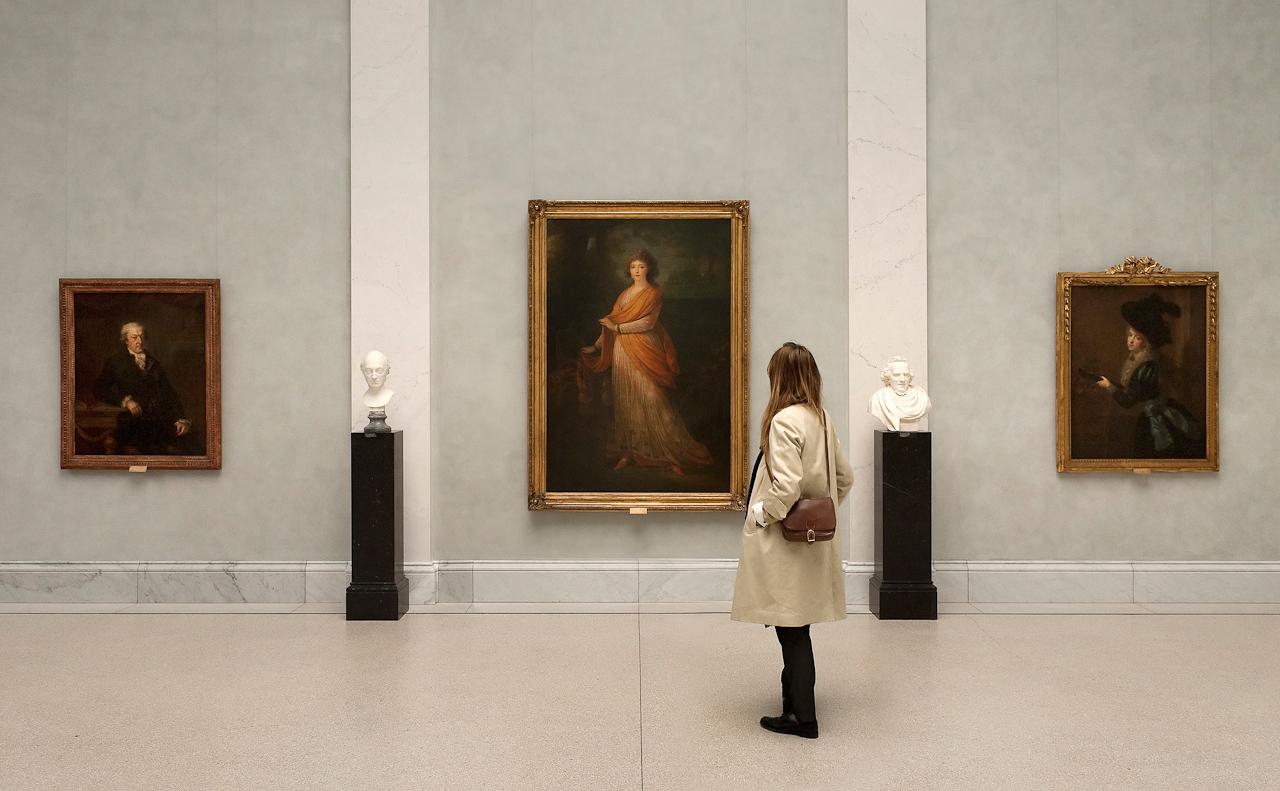 """Berlin Museumsinsel, Alte Nationalgalerie (Staatliche Museen zu Berlin): Besucherin vor """"Die Furstin Warwara Wassiljewna Galitzin"""" (1799) von Heinrich Friedrich Fuger (1751-1818)"""