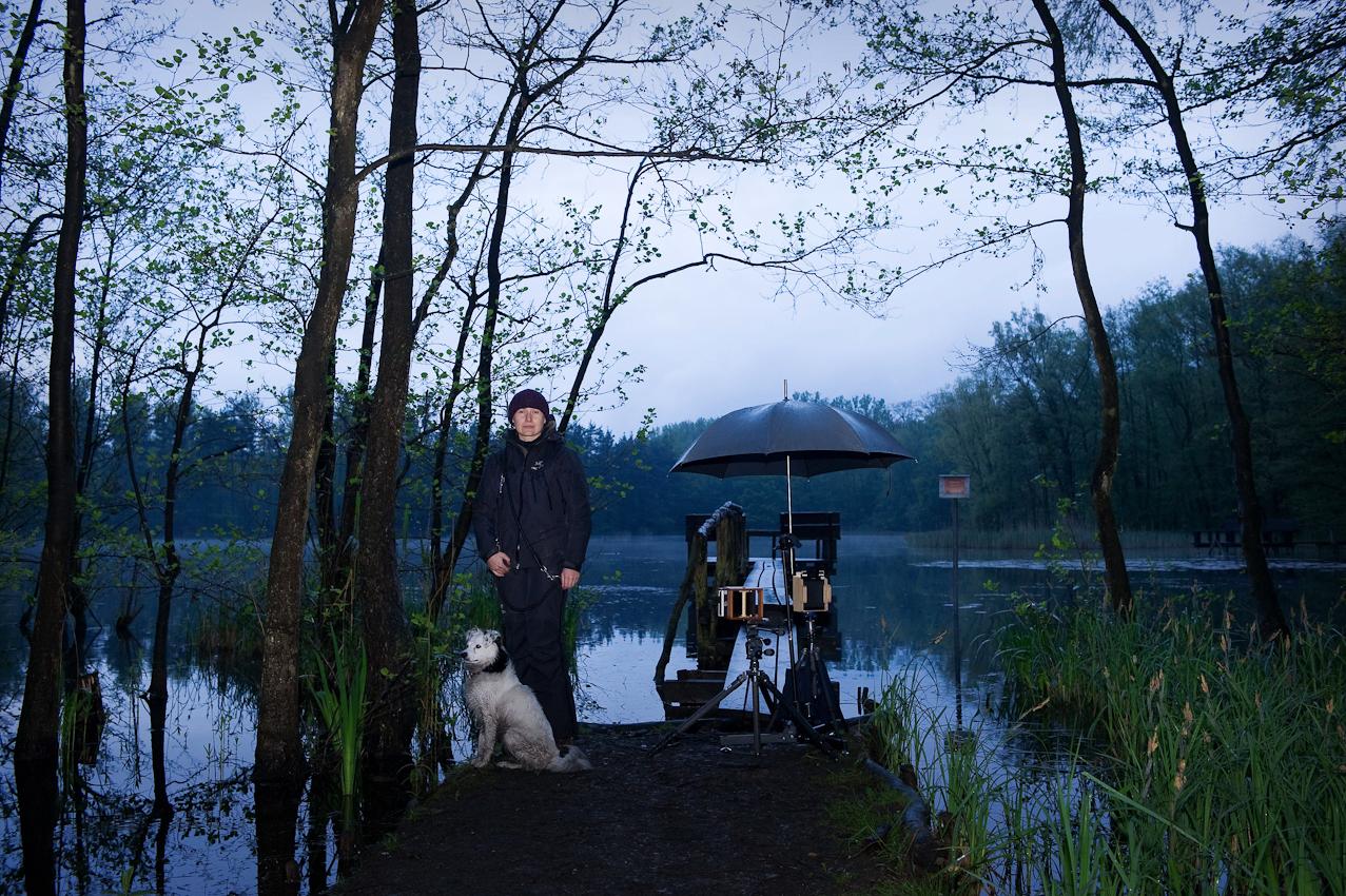 """<p>Das Bildmotiv zeigt einen Holzsteg am Pingsdorfer See am 07. Mai 2010. Auf dem Bildmotiv des """"making of"""" sind Christian Altengarten und sein Hund """"Mały"""" abgebildet.</p>"""