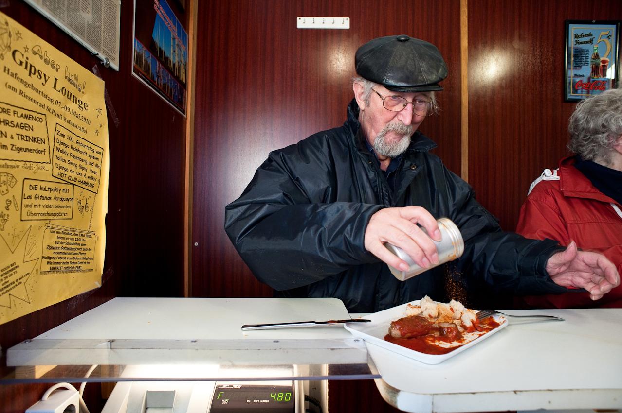 Harald Koehler kommt seit 30 Jahren zum Currywurstessen in den Imbiss bei Schorsch - und  darf selbst Hand an die Currydose legen. Aufgenommen im Imbiss bei Schorsch am 07.05.2010 um 16:19, Beim Gruenen Jaeger 14, 20359 Hamburg.