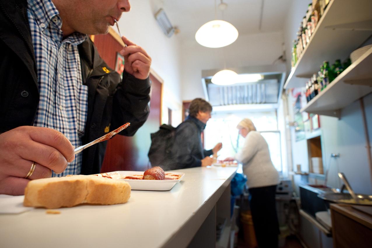 Im Imbiss bei Schorsch wird Currywurst gegessen, aufgenommen am 07.05.2010 um 15:46, Beim Gruenen Jaeger 14, 20359 Hamburg.