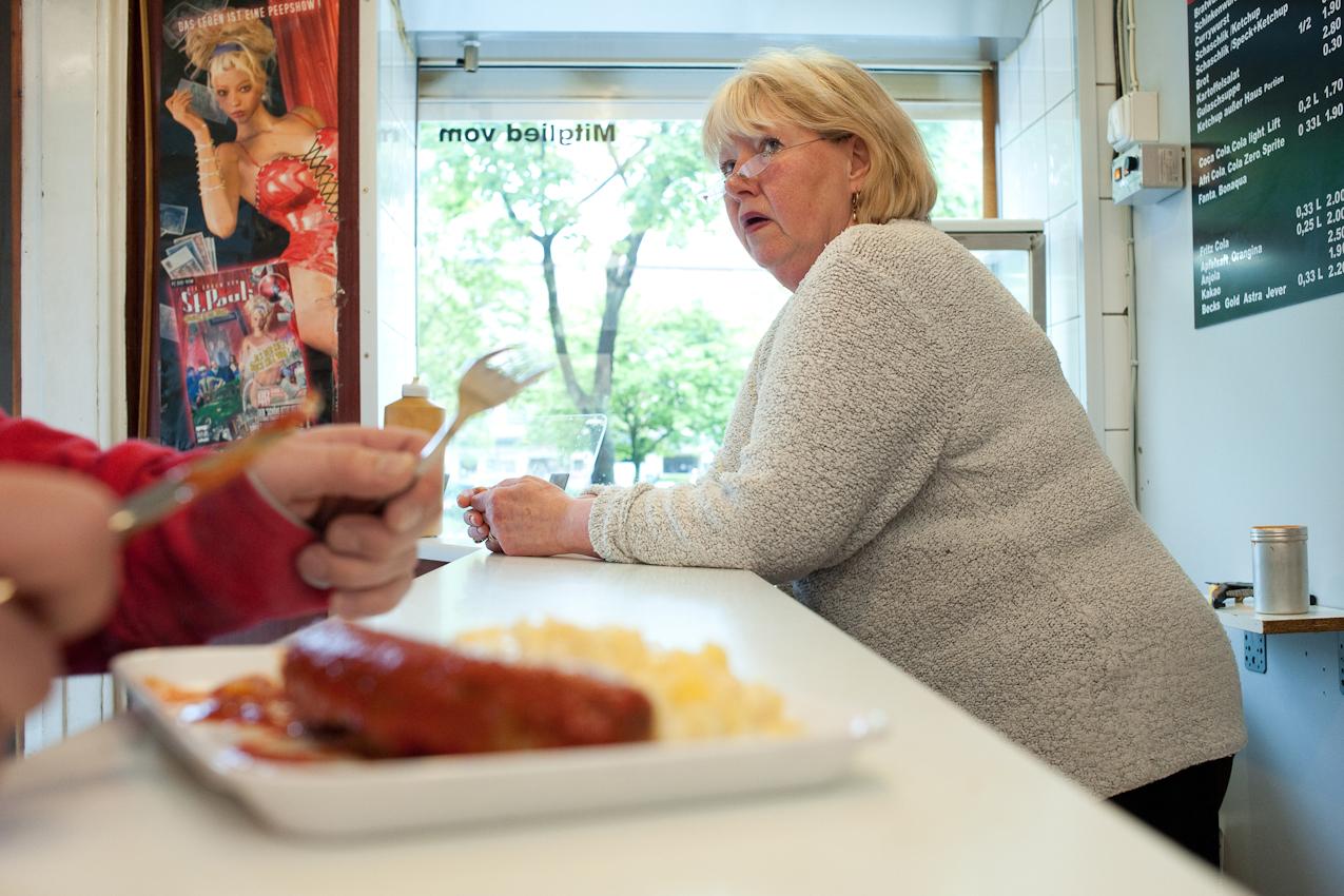 Heute macht der Hafengeburtstag dem Currywurst Imbiss Konkurrenz - dafuer bleibt der Angestellten Siggi Zeit mit den Kunden zu schnacken. Aufgenommen im Imbiss bei Schorsch am 07.05.2010 um 16:07, Beim Gruenen Jaeger 14, 20359 Hamburg.