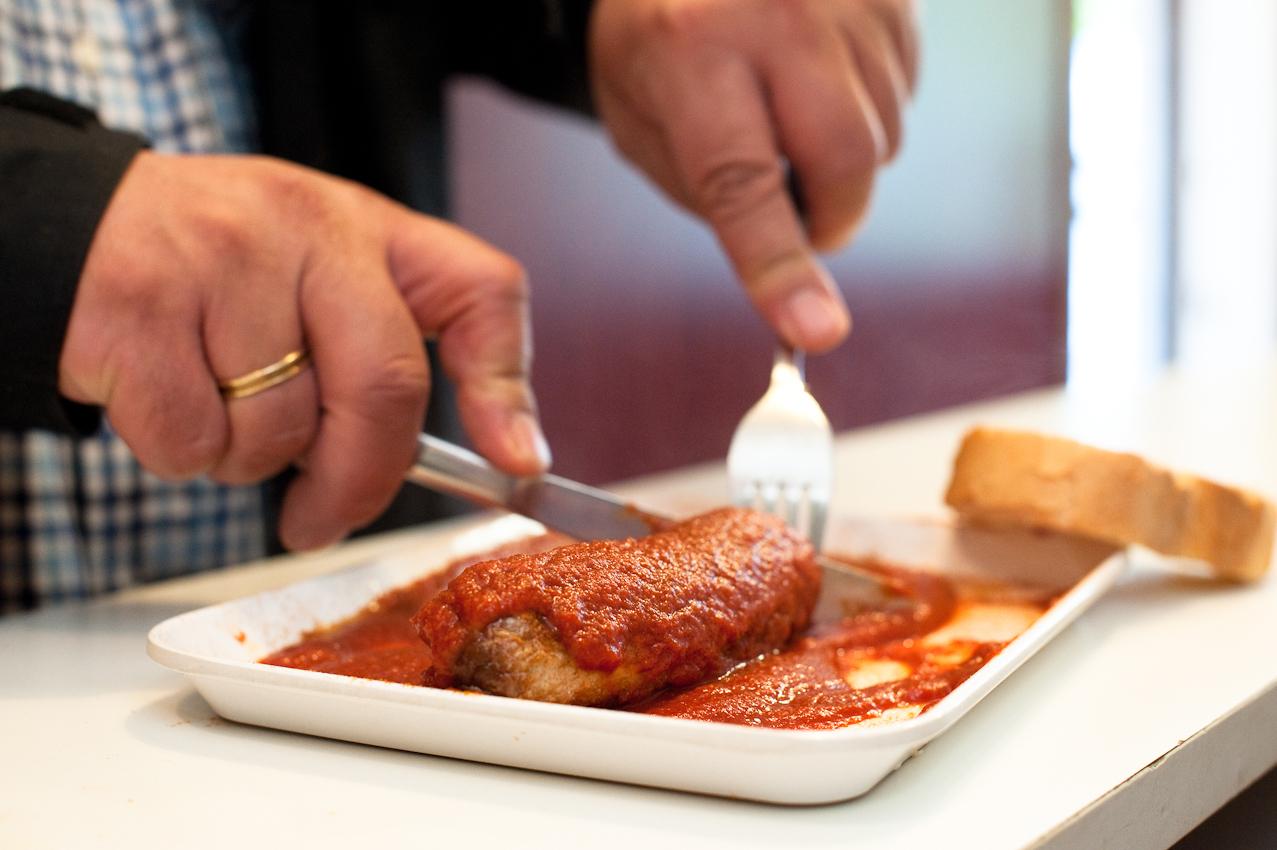 Im Imbiss bei Schorsch wird Currywurst gegessen, aufgnenommen am 07.05.2010 um 15:51, Beim Gruenen Jaeger 14, 20359 Hamburg.