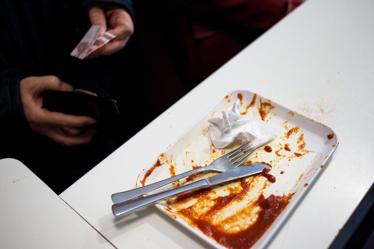 Wenn der Teller leer ist, wird gezahlt. 2,30 Euro kostet eine Currywurst - viele Kunden essen aber zwei. Aufgenommen im Imbiss bei Schorsch am 07.05.2010 um 16:39, Beim Gruenen Jaeger 14, 20359 Hamburg.